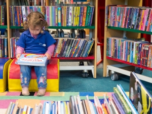 stock-photo-child-library-1011