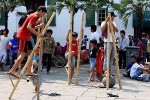 weird-celebrations-stilt-walking