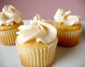 vanilla-cupcakes-frosting