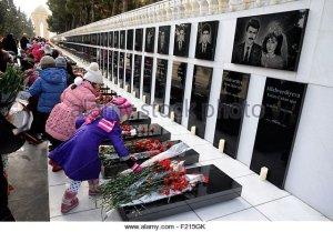 azerbaijan-baku-martyrs-lane-alley-of-martyrs-tombs-of-those-killed-f215gk